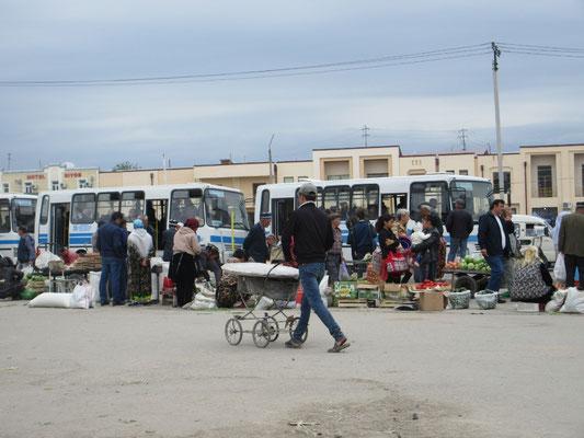 Ein Kinderwagen, universelles Transportmittel in Usbekistan