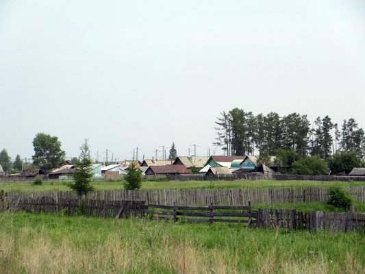 Sibirische Dorfe machen von Aussen oft einen trostlosen Eindruck