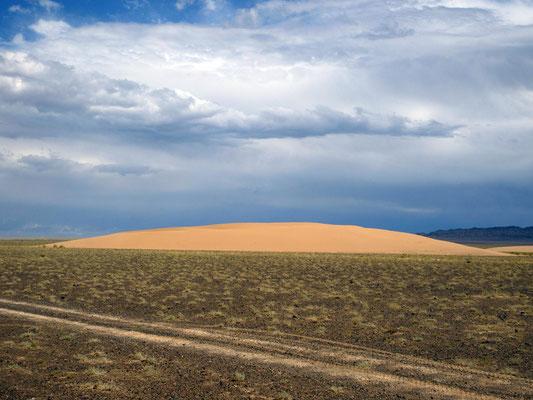 In der Steinwüste der Gobi bilden sich Flugsanddünen