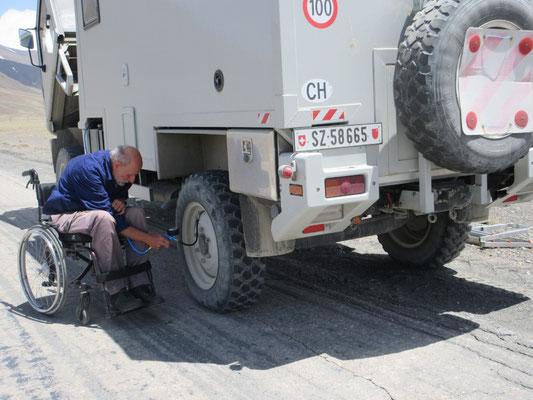 60km vor Murghab erwischt es auch uns, pumpen hilft nicht, Einheimische helfen beim Radwechsel, das ist in 20 Minuten erledigt