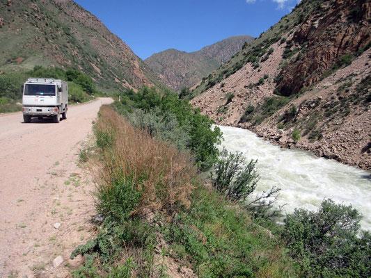 Wunderschöne Strecke mit schlechter Strasse, 7,5 Stunden für 250km, der Fahrer muss anhalten um die Landschaft zu bestaunen