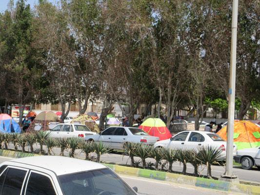 Camping auf iranisch, Zelte auf dem Trottoir