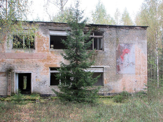Eine verlassene Kaserne, das Areal hinterlässt bei uns ein mulmiges Gefühl