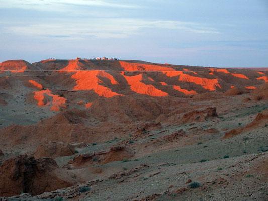 Bei Sonnenuntergang, deshalb werden sie auch flammende Felsen genannt