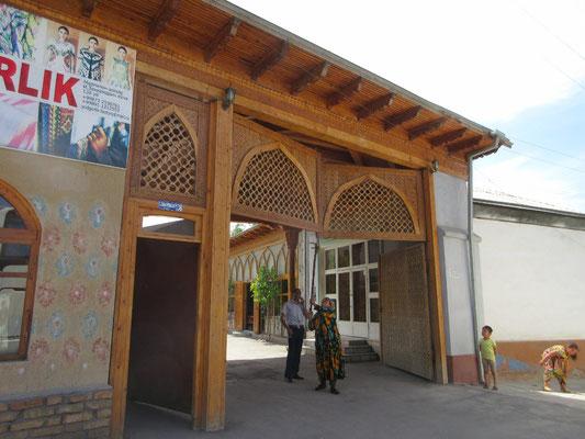 In Marghilan im Ferganatal wird extra das grosse Tor geöffnet, damit Peter möglichst nahe zur Seidenfabrik fahren kann