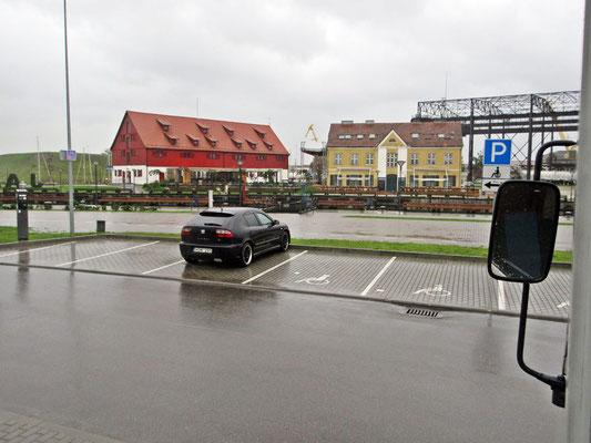 In Klaipeda werden wir vom Kontolleur darauf aufmerksam gemacht, dass die Rollstuhlfahrer gratis parkieren dürfen