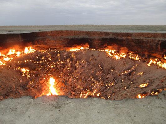 Der brennende Gaskrater in der Wüste von Turkmenistan