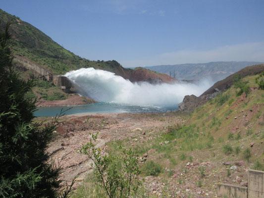 Wasserauslass beim Norakstausee, 50km südöstlich von Dushambe