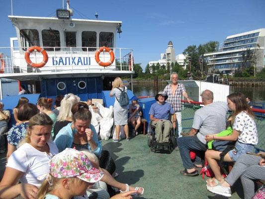 Schifffahrt zur vorgelagerten Insel von Arkhangelsk mit Alexander und Wochenend-Touristen am Freitag Vormittag