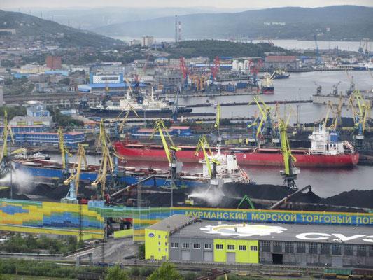 Im Hafen von Murmansk wird Kohle umgeladen, es hat keine Kiegsschiffe mehr