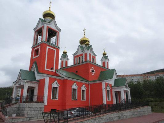 Ein Farbtupfer, die orthodoxe Kirche von Kirowsk