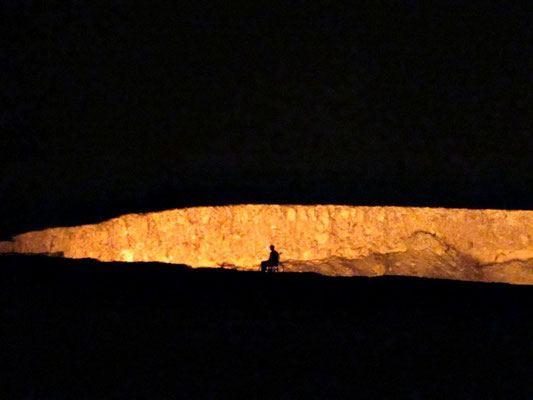 Gaskrater bei Nacht