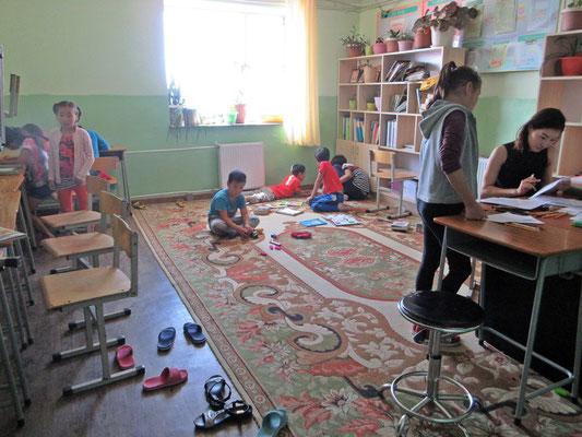 Die Kinder werden bei den Hausaufgaben unterstützt