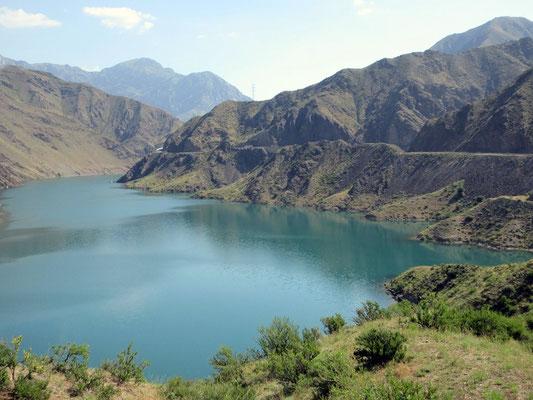 Dem Toktogul Stausee auf 1000m in Kirgistan, folgte die Strasse über viele Kilometer