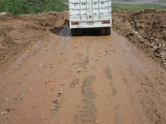 Die neue Strasse über den Anjirob-Pass 2200m wird schon wieder überspült