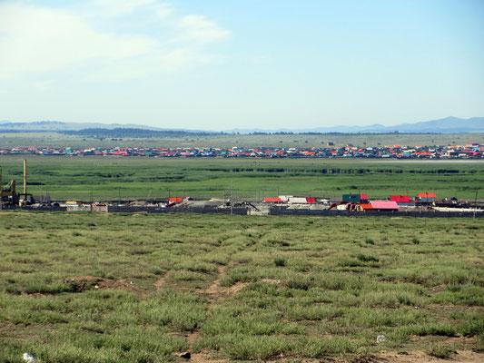 Das erste Dorf in der Mongolei erscheint uns farbenfroher als in Sibirien