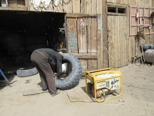 Der Reifen konnte erst einen Tag danach repariert werden, weil es keinen Strom gab und das Notstromagregat noch nicht verfügbar war