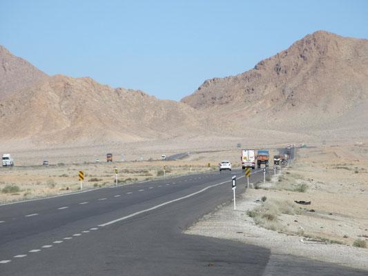 Gute Strassen durch wüstenartige Landschaft