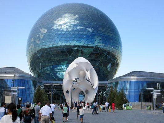 Das Wahrzeichen der Weltausstellung von Astana, die eindrückliche Glaskugel, welche über 8 Stockwerke Ausstellungen zur Energie der Zukunft von Kasachstan zeigt