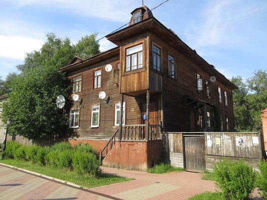 In der Fussgängerzone von Arkhangelsk hat es noch viele traditionelle Holzhäuser