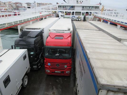 Auf der Fähre über die Dardanellen in der Türkei