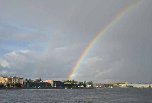 Regenbogen über die Neva in St.Petersburg