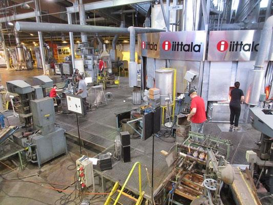 Serienproduktion in der finnischen Glasbläserei von Kalvola