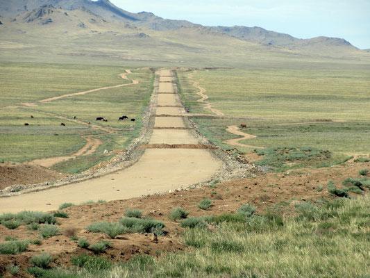 88km fast fertig gebaute Strasse mit Erdwällen als Hindernisse.  Auf der ganzen Strecke mussten wir nebenan holpern