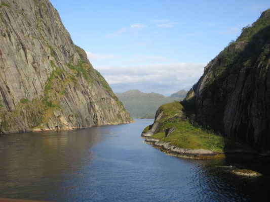 Im beeindruckend schmalen Trollfjord kann das grosse Hurtigrutenschiff auf der Stelle wenden