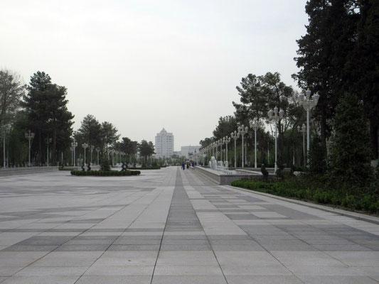 Die Parks in Ashgabat sind blitz blank sauber, aber menschenleer, ausser den Putzkolonnen
