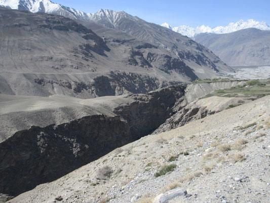 Auf dem Weg zum Khargush-Pass hat sich der Pamirfluss tief ins Tal gegraben