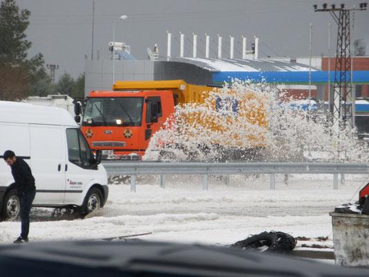 Wir suchen unter einem Tankstellendach Schutz vor weiterem Hagelschauer, der Schneepflug war noch einer halben Stunde unterwegs