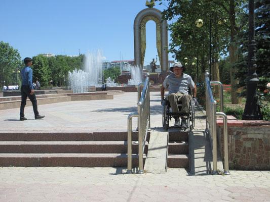 Der Park hinter dem Somonidenkmal ist fast rollstuhlgängig, aber nur mit Hilfe