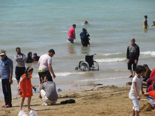 Das ist nicht Peters Rollstuhl, er wollte ihn nicht ins Salzwasser stellen