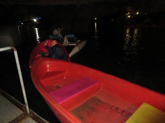 In den Ali Sadr Höhlen werden jeweils 3 Boote mit je 4 Personen von einem Tretboot gezogen