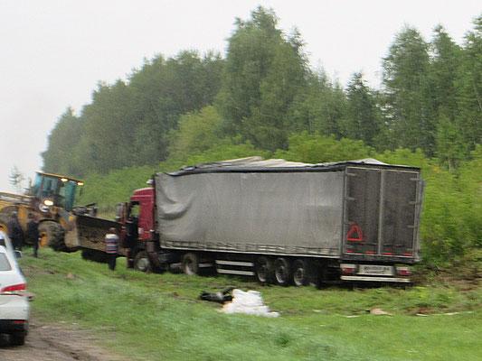 Bei der sportlichen Fahrweise der russischen Lastwagenfahrer wundert uns diese Situation nicht