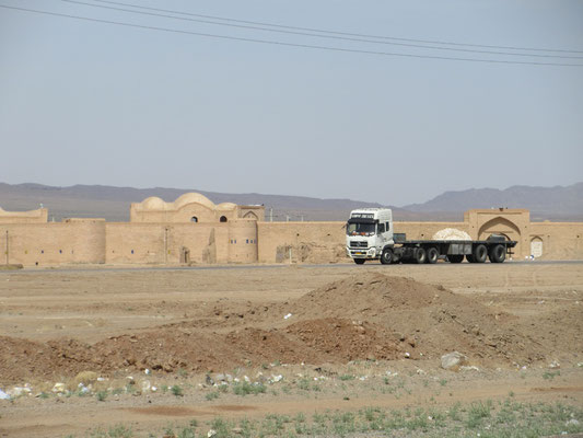 Karavanserei mit modernen Kamelen