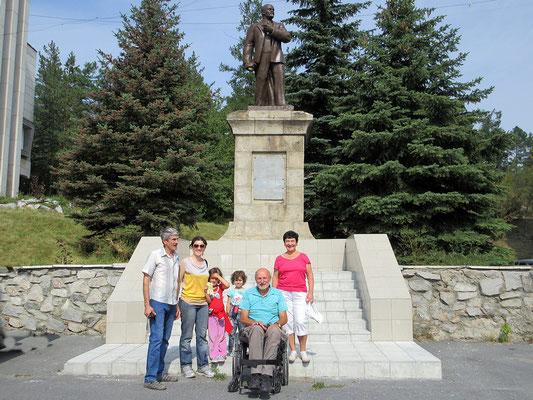 Vor dem Lenin Denkmal mit Familie Sedelnikovy