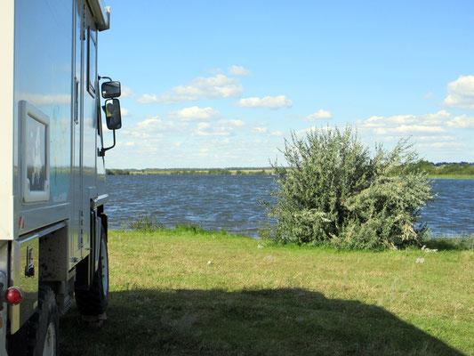 Seit wir wieder in Russland sind, können wir meist sehr schön an Seen stehen für die Nacht; wenn nur die Mücken nicht wären