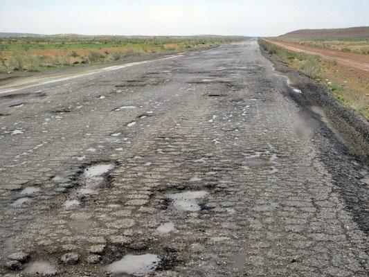 Hauptstrasse Ashgabat- Keneurgench, für eine Strecke von 100km benötigten wir 4 Stunden