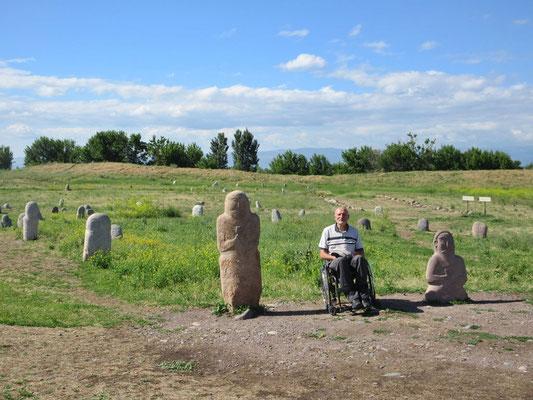 Für einmal kam sich Peter nicht so alt vor, neben den ca. 1500 jährigen Steinfiguren sogenannten Balbals beim Museumskomplex Burana