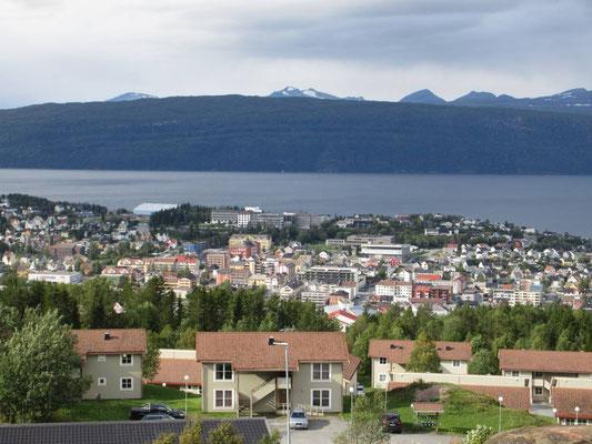 Blick vom Parkplatz zur Luftseilbahn auf den Narvikfjellet. Die Bahn konnte wegen zu starkem Wind nicht fahren