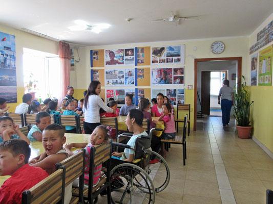 Vor dem Mittagessen war es recht ruhig mit 70 anwesenden Kindern