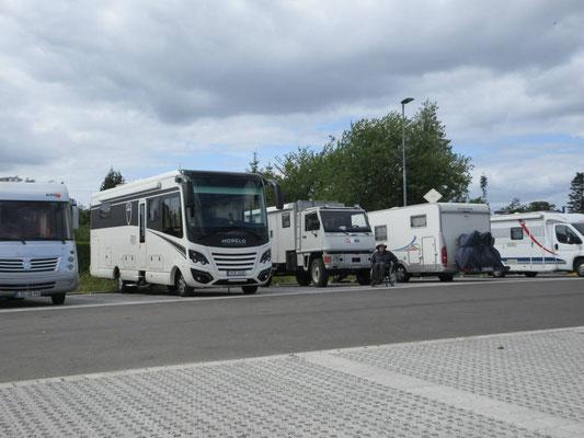 Auf dem Stellplatz in Travemünde freuen wir uns über unser eher bescheidenes Reisemobil