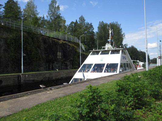 Touristenboot in der Schleuse