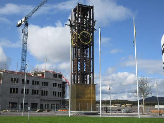 Der Glockenturm ist schon versetzt. Rundum laufen die Bauarbeiten
