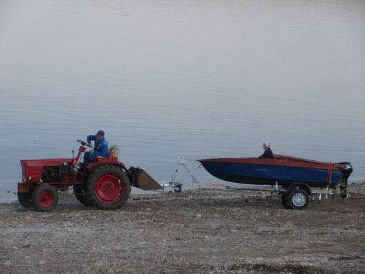 Fischen ist eine sehr beliebte Beschäftigung, das Boot wird hier zu Wasser gefahren