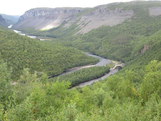 Der Flusslauf unter der Staumauer wurde nach Protesten 1982 nicht überflutet
