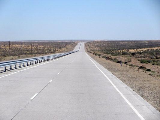Auch das dürfen wir erfahren, 200km brandneue Strasse zwischen Chiwa und Buchara