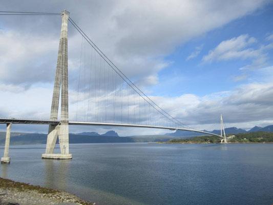 Die Brücke von 2017 auf der E6 bei Narvik erspart einen Weg um den Rombaksfjord von 18km